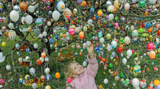 Easter egg tree photo by Gabriele Corno