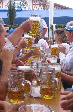 Toasting Oktoberfest_Masskrug_via Wikimedia