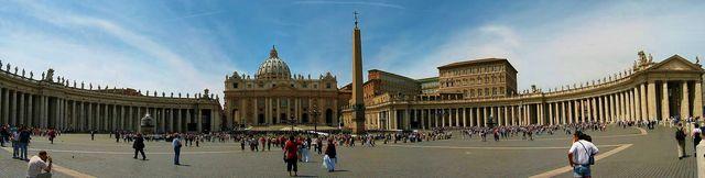 Vatican_StPeter_Square_Wikimedia-I-Dfmalan