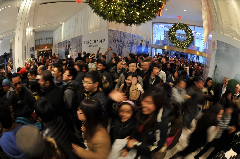Black Friday shoppers Macys NYC 2012_AFP PHOTO-Stan HONDA