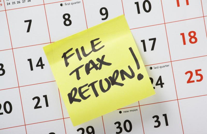 Tax-Deadline-file-tax-return-post-it-note