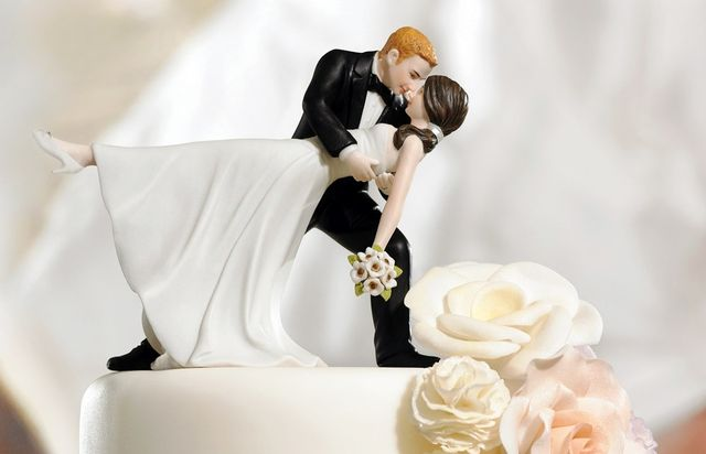 Bride-and-groom-cakeromantic-dip-bride-and-groom-figurine-cake-topper-hyhukbgh