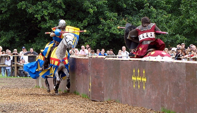 Jousting_at_Warwick_Castle_by-Martin-Addison_geograph-org-uk-562430_Wikipedia