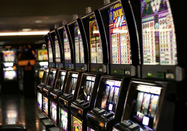 Slot machines_Las Vegas McCarran Airport_Yamaguchi_Wikimedia Commons