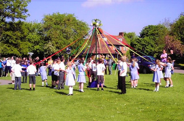 Maypole_Dancing_on_Village_Green_Paul-Barnett-WikimediaCommons_geograph.org.uk-1628839