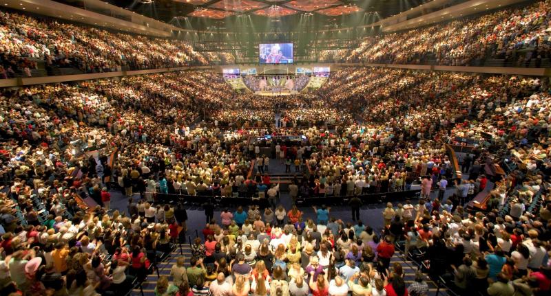 Lakewood-Church-Houston-Texas-worship_ToBeDaniel via Wikipedia Commons
