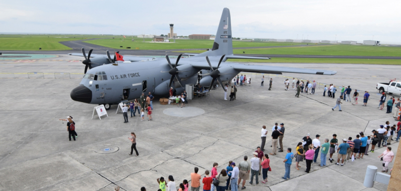 Long line to tour the USAF hurricane hunter airplane in Galveston TX May 2019_NOAA Photo