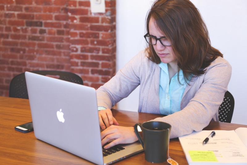 Woman-using-laptop-computer-macbook-apple_Startup-Stock-Photos_Pexels