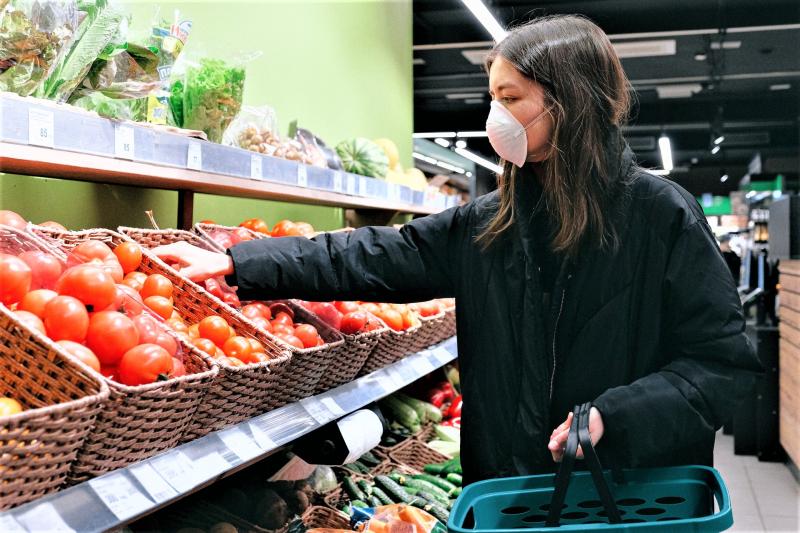 Mulher-na-cara-com-máscara-de-compras-no-supermercado-3987217_Anna-Shvets_Pexels