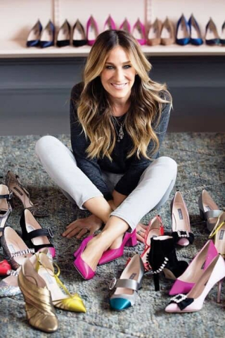 Carrie-Bradshaw-Surrounding-by-Shoes