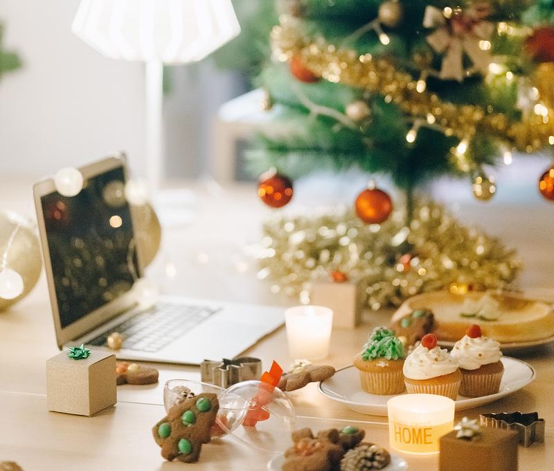 Christmas-at-the-computer_pexels-nataliya-vaitkevich-6033668-1a