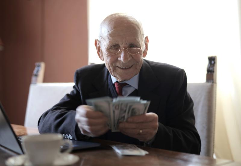 Feliz-empresário-sênior-contando-dinheiro-enquanto-sentado-em-3823540_Andrea Piacquadio_Pexels