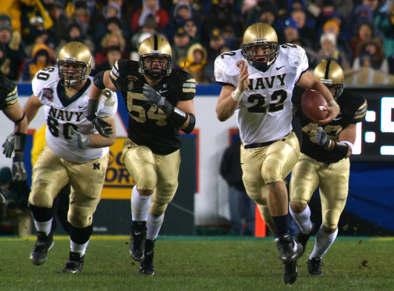 Naval_Academy_fullback_Adam_Ballard_chased_by_Army_defenders_Army-Navy-game_WikipediaCommons