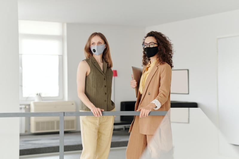 Business-women-wearing-face-masks-4347447_Edmond-Dantès_Pixels
