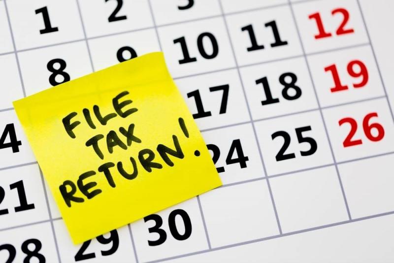 File tax return post-it on calendar
