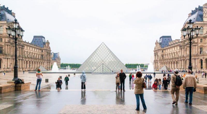 Tourists-outside-louvre-paris-france_pexels-dimitry-anikin-4848758