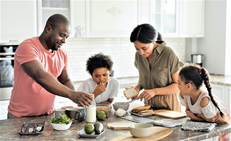 Family-at-kitchen-counter_pexels-august-de-richelieu-4259140-cropped