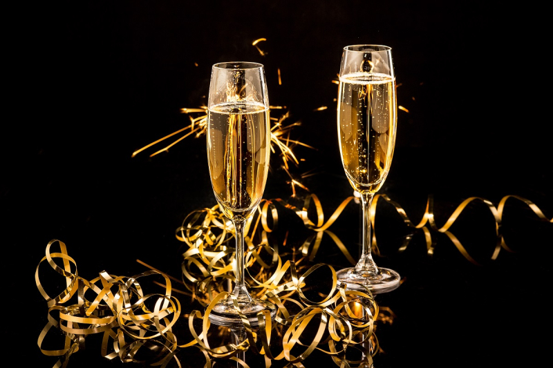 Champagne glasses New Years Eve glitter_shutterstock_532649167-1200x800