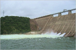 Manfield_dam_floodgates_long_shot_0